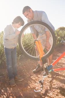 Père et fils réparent vélo ensemble