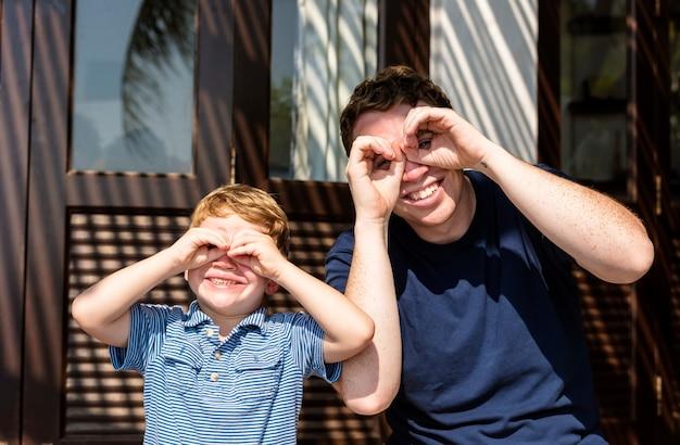 Père et fils s'amusant