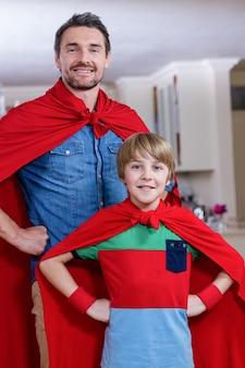 Père et fils se faisant passer pour un super-héros dans le salon