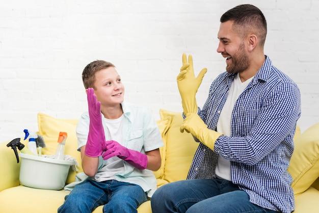 Père et fils se préparant à nettoyer la maison