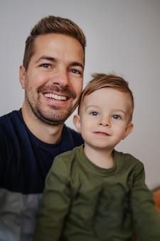 Père et fils selfie. du temps en famille.