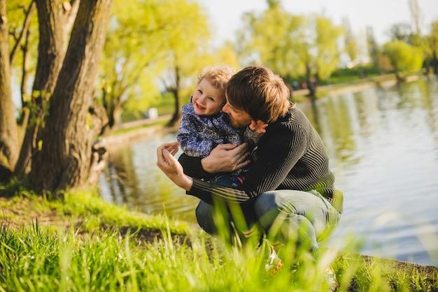 Père et fils en train de rire dans le parc