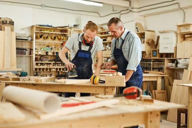 Père et fils travaillant