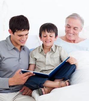 Père et fils visitant grand-père