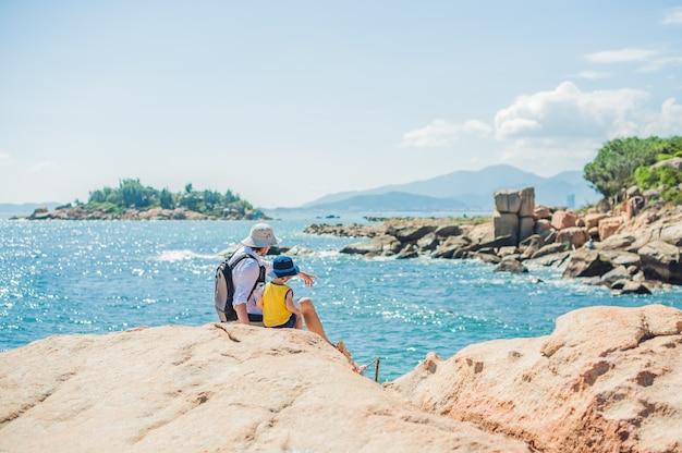 Père et fils voyageurs au cap hon chong, garden stone, destinations touristiques populaires à nha trang. vietnam
