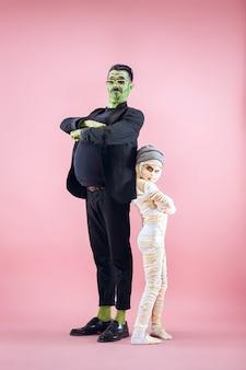 Père heureux de famille d'halloween et fille d'enfants dans le costume et le maquillage d'halloween