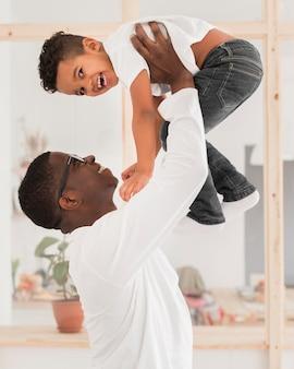 Père jouant avec son fils à l'intérieur