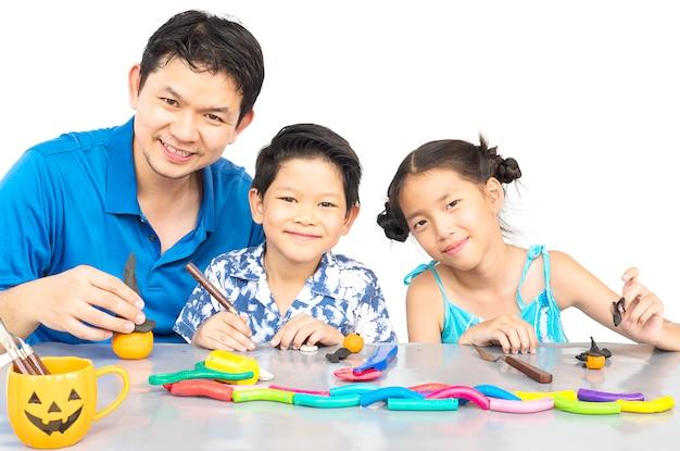 Père joue en argile jouet avec kid