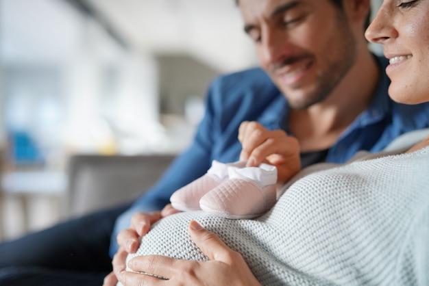 Un père et une mère attendent leur bébé à la maison