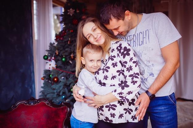 Le père et la mère embrassent leur fils