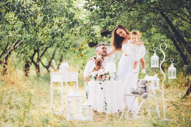 Père, mère et fille ensemble au pique-nique dans le jardin