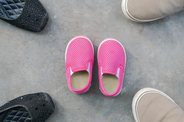 Père mère fils et fille chaussures au sol, famille protège le concept
