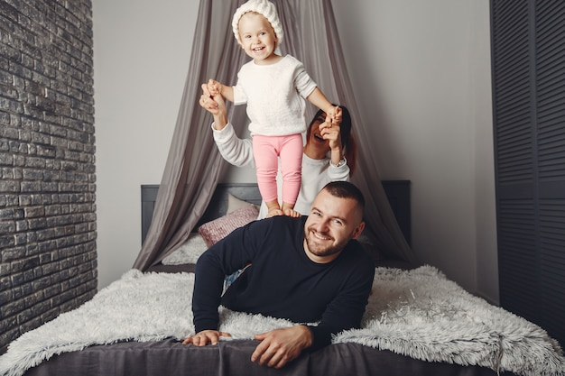 Père et mère avec petite fille