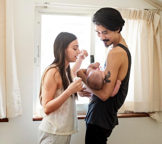 Le père et la mère s'occupent de leur enfant.