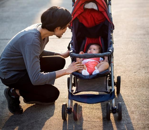 Père et mère s'occupent de leur enfant.