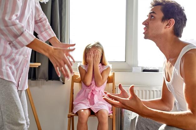 Le père et la mère se disputent mais la fille est très triste, disent-ils, la fille souffre d'une enfance malheureuse