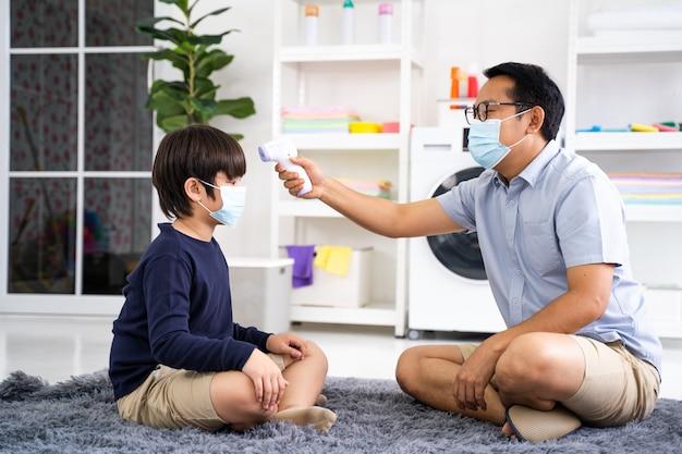 Le père met le masque médical de son fils en quarantaine à domicile contre les coronavirus