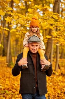 Père montre parc à l'automne à sa fille