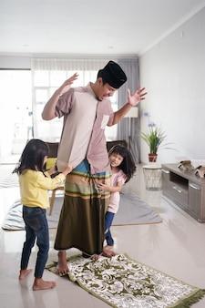 Un père musulman dérangé par sa fille alors qu'il priait à la maison