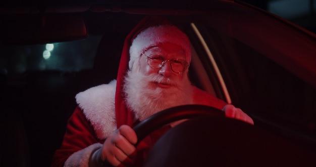 Le père noël agacé dans une voiture coincée dans la circulation.