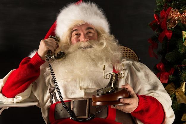 Père noël appelant par téléphone vintage