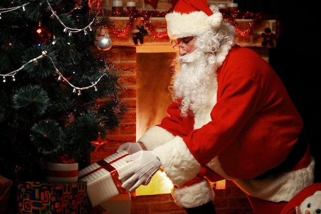 Le père noël a apporté des cadeaux pour noël et se reposer près de la cheminée. décoration d'intérieur