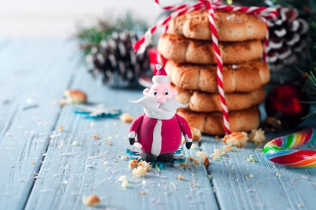 Père noël et biscuit de noël fait maison avec décoration