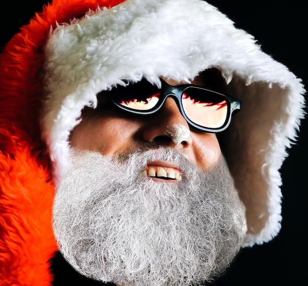 Le père noël en chapeau et lunettes de soleil rit. notion de célébration. 2020 nouvel an.