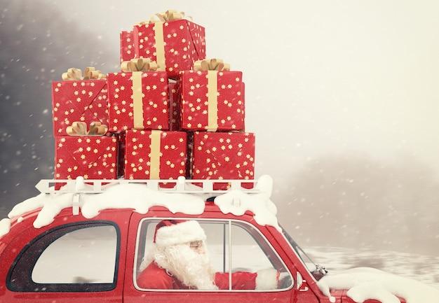 Le père noël conduit une voiture rouge pleine de cadeaux de noël