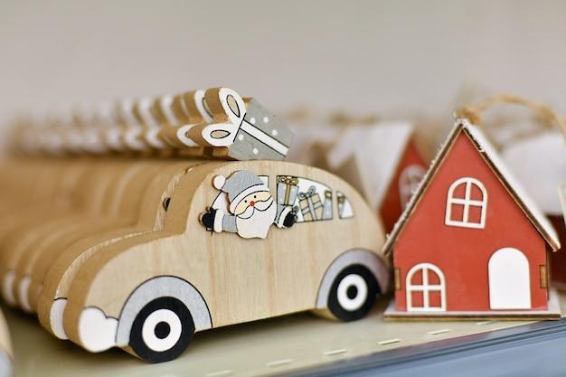Père noël dans une voiture en bois avec des cadeaux dans un magasin