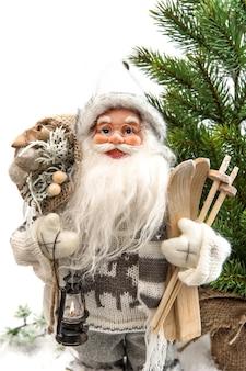 Père noël mignon avec arbre de noël et cadeaux
