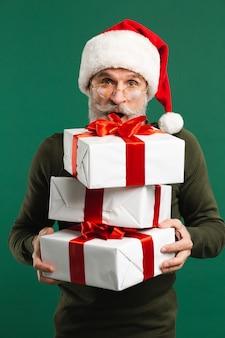 Père noël moderne barbu tenant des cadeaux