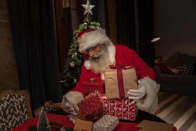 Père noël offrant des cadeaux de noël