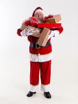 Le père noël offre un cadeau à l'appareil photo. recevoir des cadeaux de noël. fêtes du nouvel an.