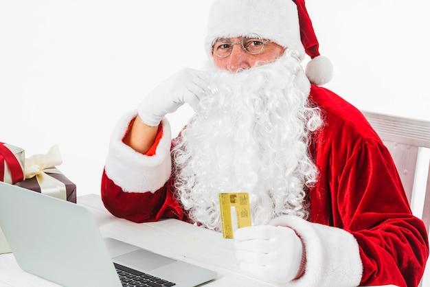 Père noël avec ordinateur portable et carte de crédit
