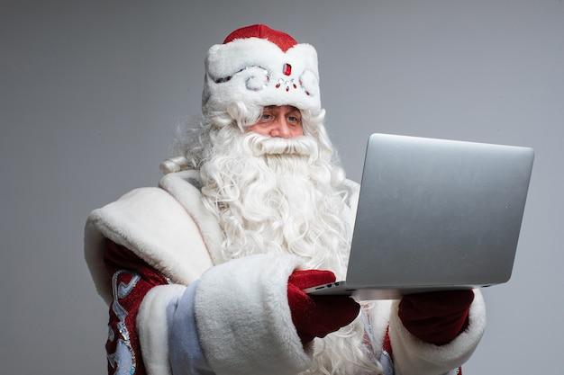 Père noël avec ordinateur portable