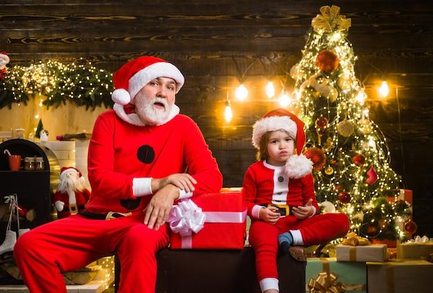 Père noël avec peu d'aide temps de noël vacances du nouvel an hiver présente noël et nouvel an