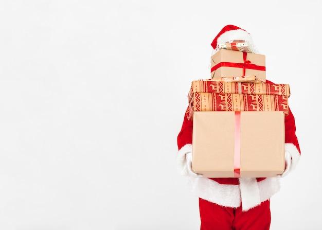 Père noël portant des cadeaux de noël