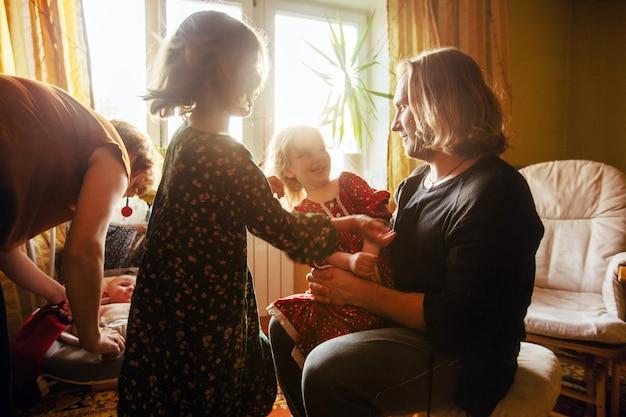 Le Père Passe Du Temps à La Maison Avec Les Enfants Photo Premium