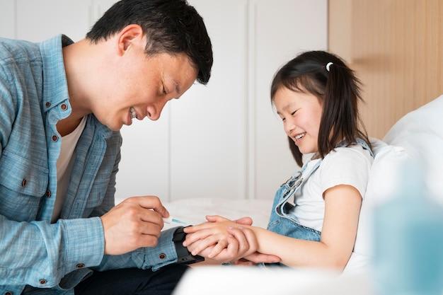 Père peignant les ongles de la fille coup moyen