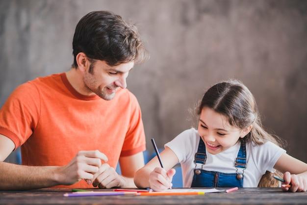 Père, peinture avec sa fille le jour des pères