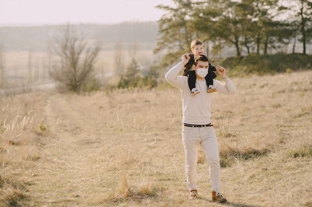 Père avec petit fils portant des masques
