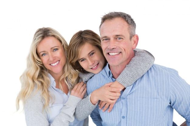 Père portant son fils sur le dos avec sa femme à côté de lui