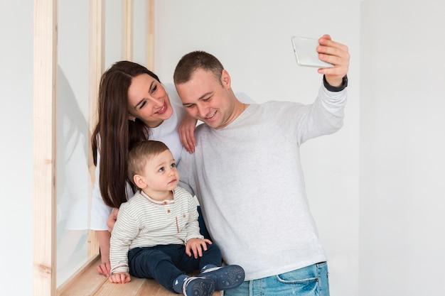 Père prenant un selfie de la famille
