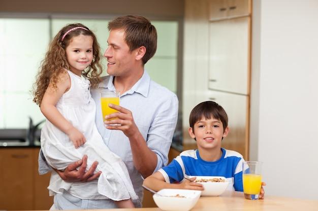 Père prenant son petit déjeuner avec ses enfants