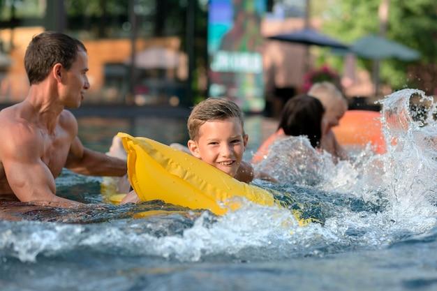 Père profitant d'une journée avec ses enfants à la piscine