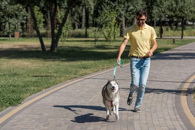 Père promener le chien dans le parc