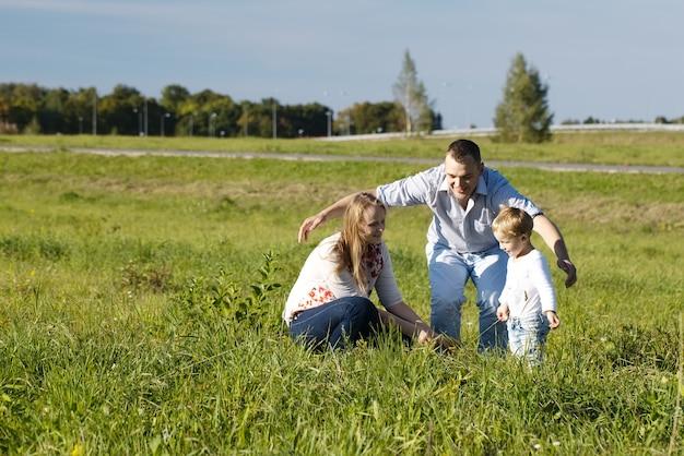Père protecteur jouant avec sa femme et son fils