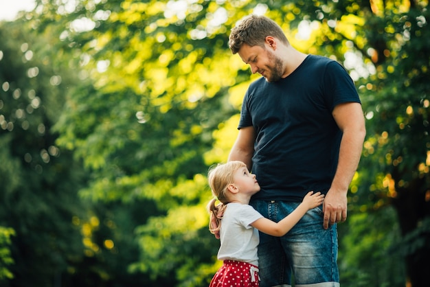 Père regardant sa fille