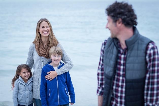 Père, regarder, mère enfants, sur, plage